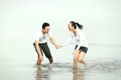 Couples appréciant des vacances d'été Photo stock