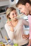 Couples appréciant la cuisson ensemble Images libres de droits