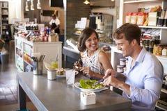Couples appréciant la date de déjeuner dans le restaurant d'épicerie fine Photographie stock libre de droits