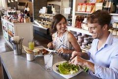 Couples appréciant la date de déjeuner dans le restaurant d'épicerie fine Photo libre de droits