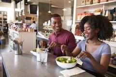 Couples appréciant la date de déjeuner dans le restaurant d'épicerie fine photographie stock