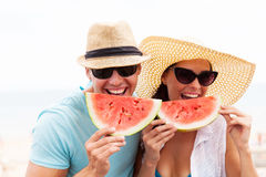 Couples appréciant la pastèque image stock