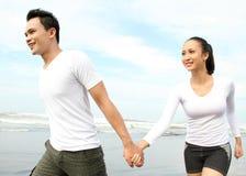 Couples appréciant la plage Photo stock