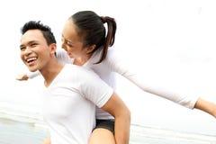 Couples appréciant la plage Images libres de droits