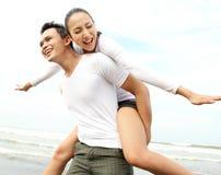 Couples appréciant la plage Photographie stock
