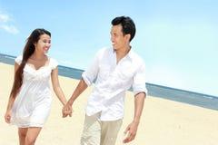 Couples appréciant la plage Image libre de droits