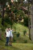 Couples appréciant la promenade en nature Images libres de droits