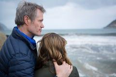 Couples appréciant la vue de la plage Images libres de droits