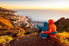 Couples appréciant la vue de paysage près de la ville de Santa Cruz Image libre de droits