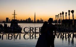 Couples appréciant la vue panoramique de Dubaï Photos libres de droits