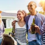 Couples appréciant le barbecue avec des amis Photographie stock libre de droits