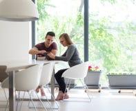 Couples appréciant le café et des fraises de matin Image stock