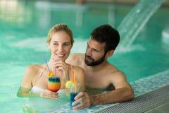 Couples appréciant le cocktail dans le bain photographie stock libre de droits