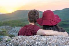 Couples appréciant le coucher du soleil romantique image libre de droits
