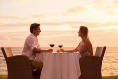 Couples appréciant le dîner romantique de sunnset photographie stock