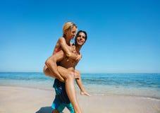 Couples appréciant le ferroutage sur la plage Photo libre de droits