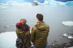 Couples appréciant le lac en Islande Images stock