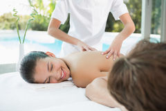 Couples appréciant le massage au centre de remise en forme Photos libres de droits