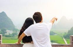 Couples appréciant le Mountain View de Karst ensemble photos libres de droits