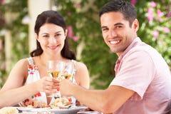 Couples appréciant le repas à l'extérieur Images stock