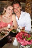Couples appréciant le repas dans le restaurant Photo stock