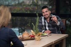 Couples appréciant le repas dans le restaurant Photo libre de droits