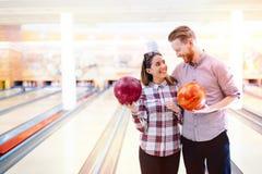 Couples appréciant le roulement ensemble Photos stock