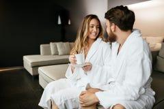 Couples appréciant le thé de matin photos libres de droits