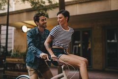 Couples appréciant le tour de bicyclette Photo stock