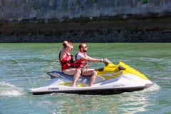 Couples appréciant le tour de ski de jet Image libre de droits