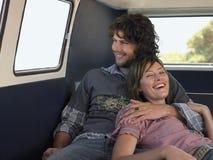 Couples appréciant le voyage par la route dans Campervan Images libres de droits