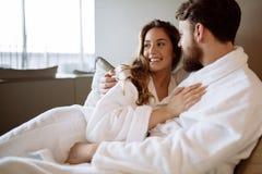 Couples appréciant le week-end de bien-être photographie stock libre de droits