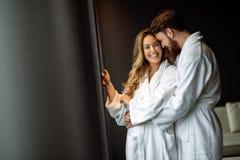 Couples appréciant le week-end de bien-être images stock