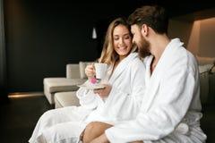 Couples appréciant le week-end de bien-être photo stock