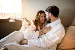 Couples appréciant le week-end de bien-être image stock