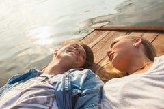 Couples appréciant près de la rivière Image libre de droits