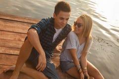 Couples appréciant près de la rivière Photo libre de droits