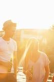 Couples appréciant près de la rivière Photos libres de droits