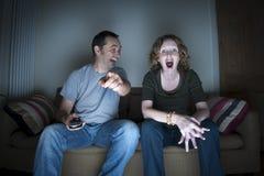 Couples appréciant regardant la télévision ensemble Photo stock