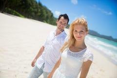Couples appréciant sur la plage Photos stock