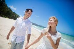 Couples appréciant sur la plage Photographie stock libre de droits