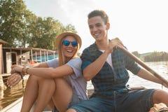 Couples appréciant sur un bateau Photos libres de droits