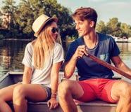 Couples appréciant sur un bateau Photographie stock