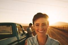 Couples appréciant sur un voyage par la route Images stock