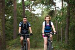 Couples appréciant un tour de vélo en nature Photos libres de droits
