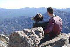 Couples appréciant une vue de désert Photographie stock libre de droits