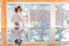 Couples appréciant la vue sur la piscine de station thermale de bien-être Image stock