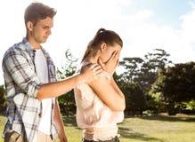 Couples après un argument en parc photos libres de droits