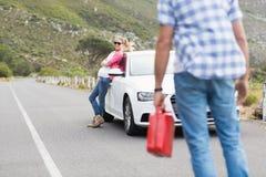 Couples après une panne de voiture Image stock