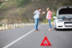 Couples après une panne de voiture Images stock